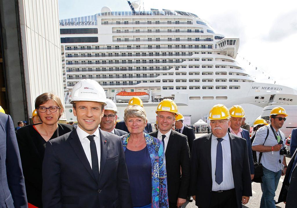 Prezydent Francji Emmanuel Macron pozuje przed MSC Meraviglia