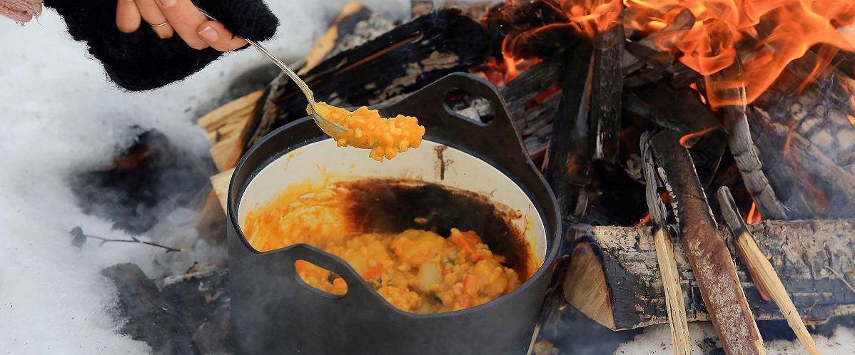 Ryż, dynia, ziemniaki i wędzona śliwka z ogniska