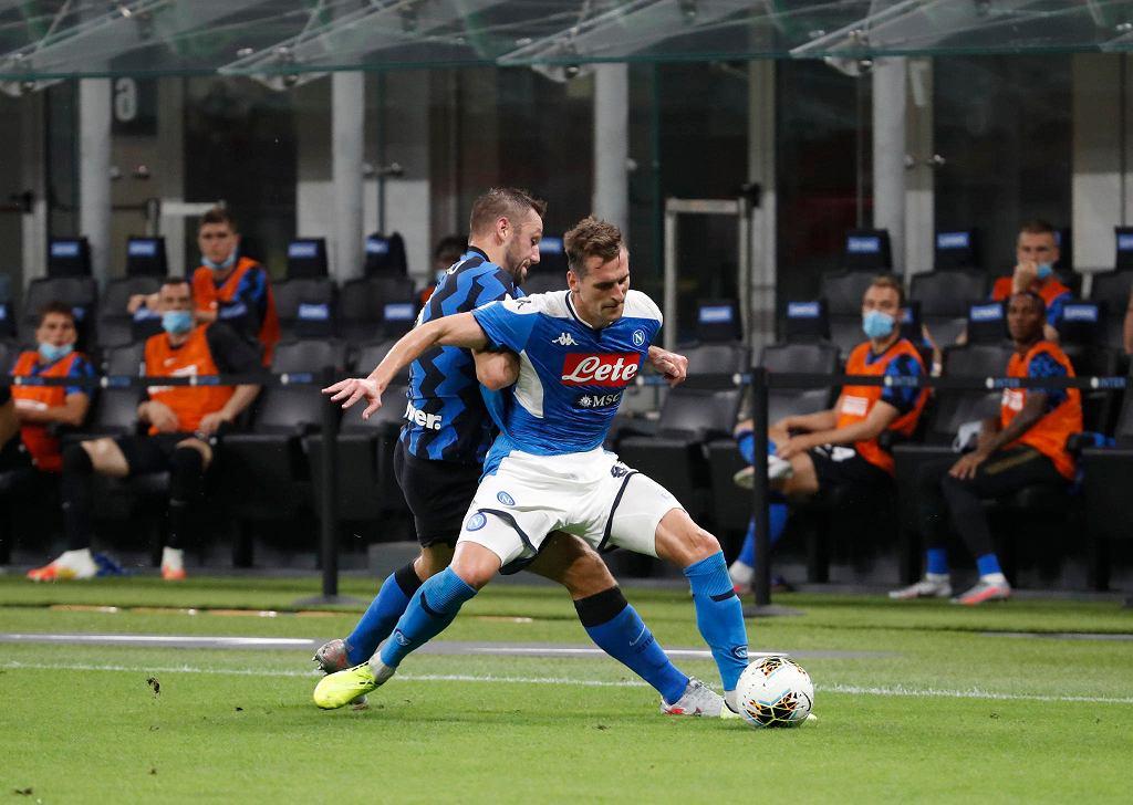 Arkadiusz Milik (z prawej) walczy o piłkę w meczu Napoli z Interem Mediolan