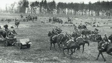 Polska kawaleria we wrześniu 1939. Po lewej stronie widać działko przeciwpancerne kalibru 37 mm