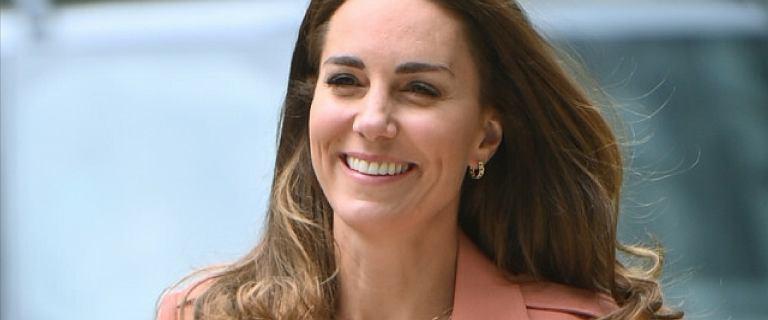 Księżna Kate przybyła do muzeum. Łososiowa marynarka piękna, ale spójrzcie na spodnie