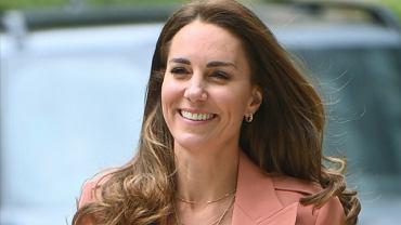 Księżna Kate przybyła do muzeum. Łososiowa marynarka piękna, ale spójrzcie na spodnie. To naprawdę rzadki wybór