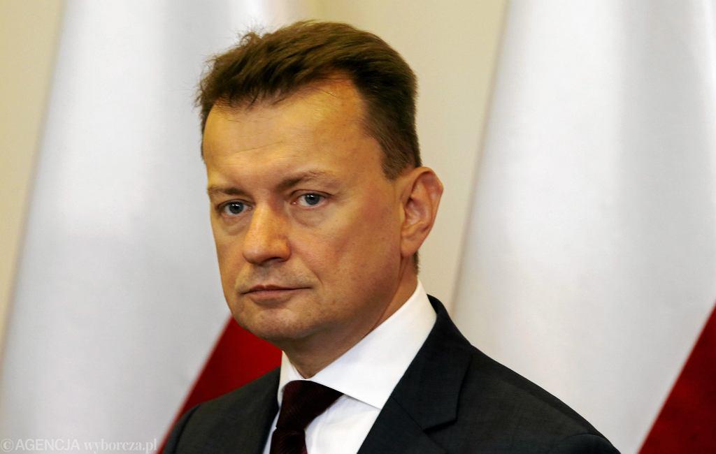 Minister spraw wewnętrznych i administracji Mariusz Błaszczak podczas obrad Rządowego Centrum Bezpieczeństwa po ataku hakerskim na Ukrainę