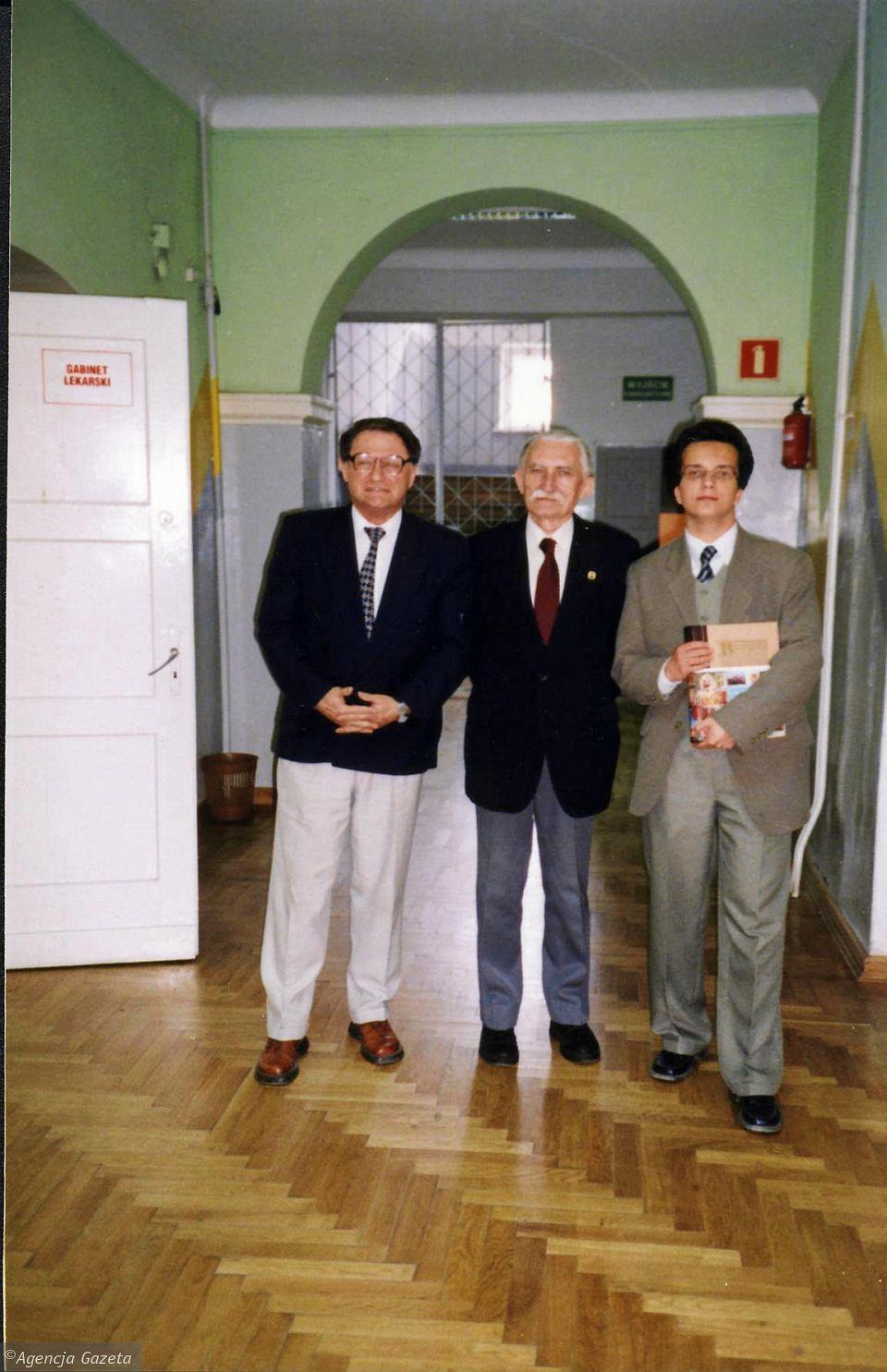 Adrian Szary wraz ze swoim nauczycielem Wiesławem Cieślikiem i prawnukiem Marii Konopnickiej Janem Bieleckim