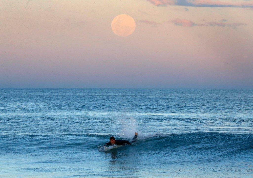 Superksiężyc wschodzący nad Sydney widziany z plaży australijskiego miasteczka Wanda