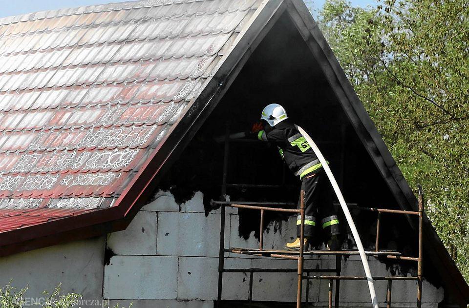 Zdjęcie numer 2 w galerii - Pożar domu w Białobrzegach. Gasiło go sześć zastępów straży [FOTO]