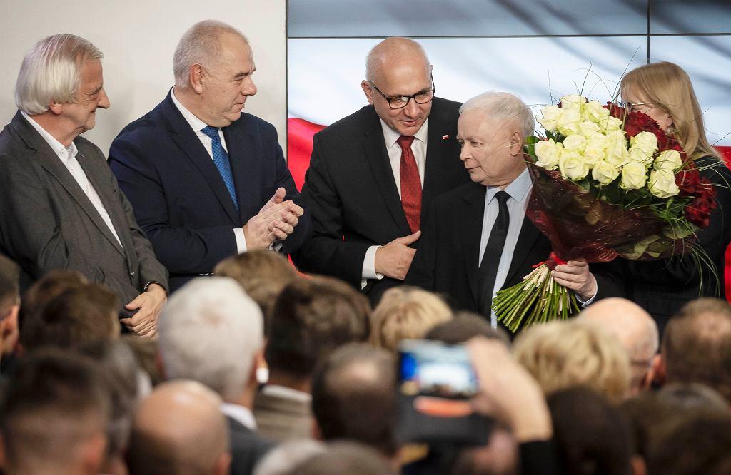 Oficjalne wyniki wyborów parlamentarnych 2019. Jarosław Kaczyński, prezes PiS w sztabie wyborczym partii.