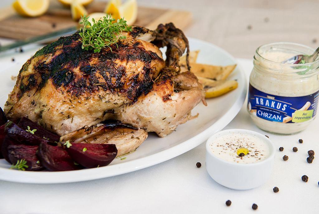 Chrupiący kurczak z sosem chrzanowym i pieczonymi burakami