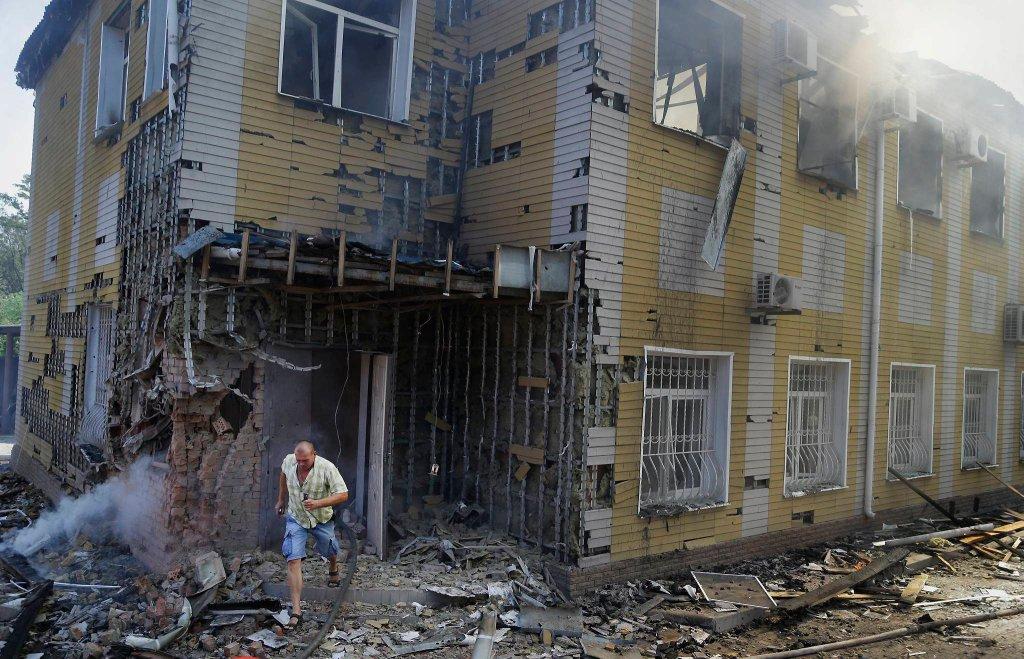 Zrujnowane budynki po ostrzale w Doniecku