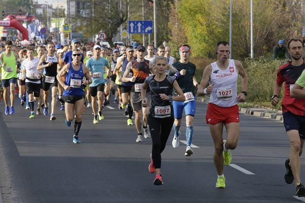 Zdjęcie numer 44 w galerii - Ponad 1200 biegaczy na starcie 37. Toruń Maraton, wygrał Łukasz Oskierko [ZDJĘCIA]