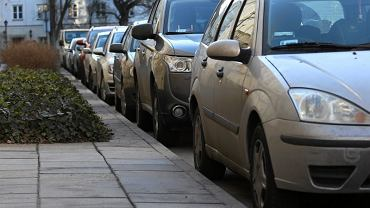 Dyrektorzy NFZ jeździli służbowymi autami nawet 160 km dziennie po mieście. Wg wyliczeń kontrolerów powinni (jeżdżąc prawidłowo) spędzać w samochodzie nawet po 5 godzin