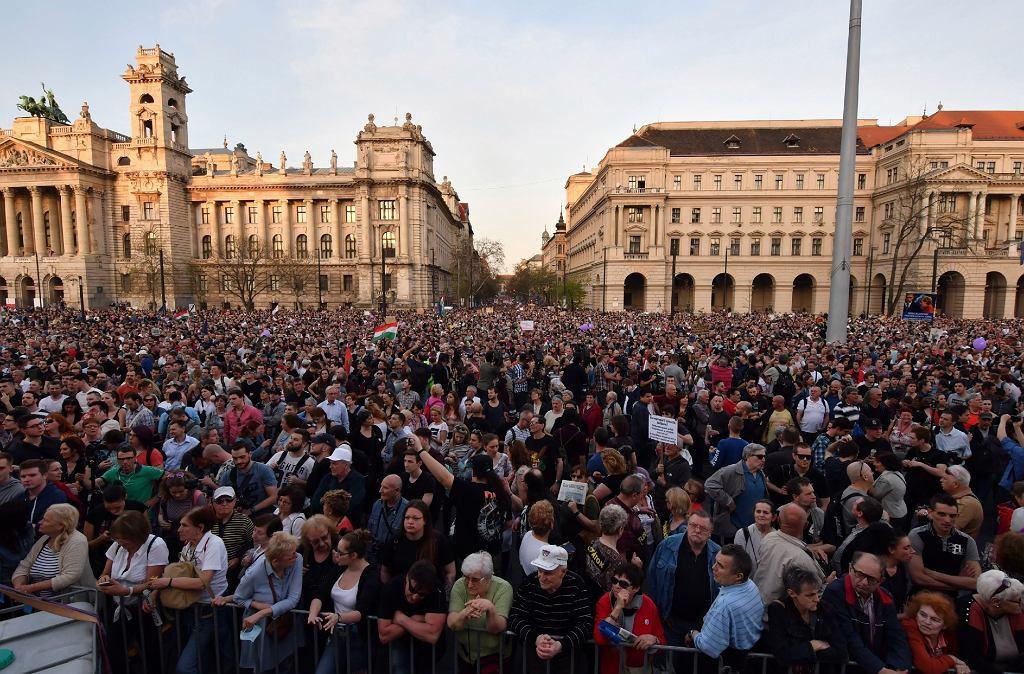 Protesty przeciwko Orbanowi na Węgrzech