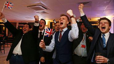 24 czerwca, poranek w londyńskim biurowcu Millbank Tower. Zwolennicy brexitu fetują zwycięstwo w referendum