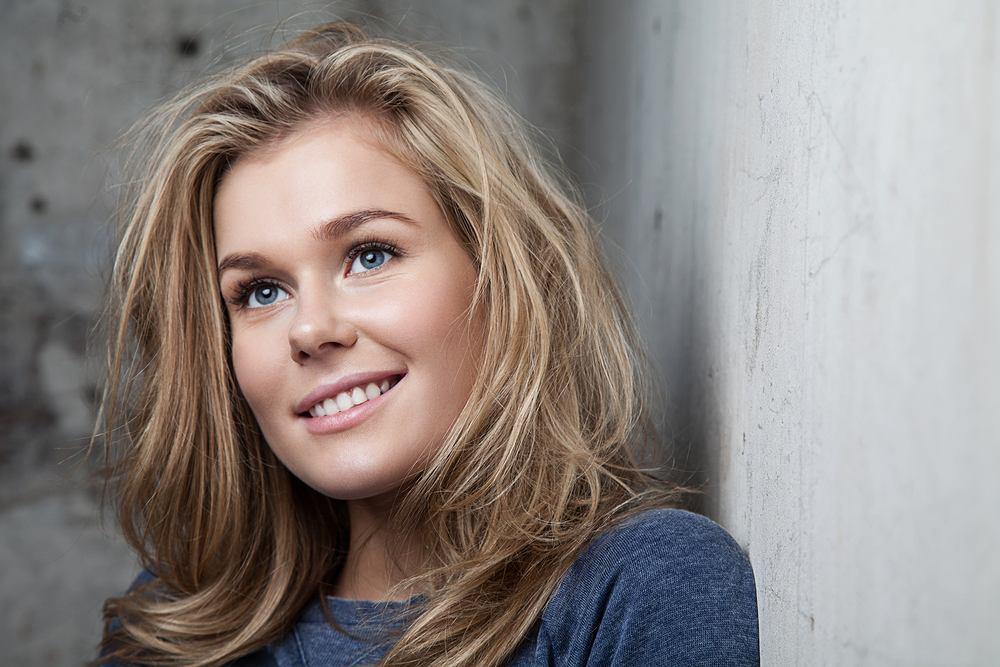 Miodowy blond to najbardziej modny kolor włosów. Jak wygląda, komu pasuje i jak go osiągnąć?