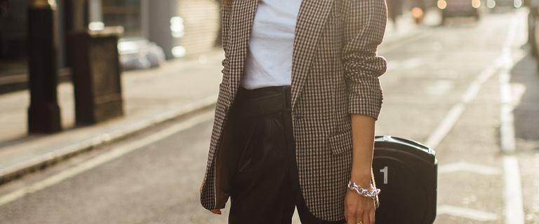 Ten element garderoby dodaje elegancji i stylu! Polecamy kobietom po 50-tce