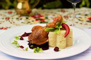 Kaczka podawana na pieczonych burakach z puree z selera z sosem malinowo-żurawinowym
