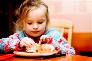 Skontrolowano posiłki w polskich przedszkolach - nie jest dobrze. Dzieci jedzą zupki w proszku i dużo cukru