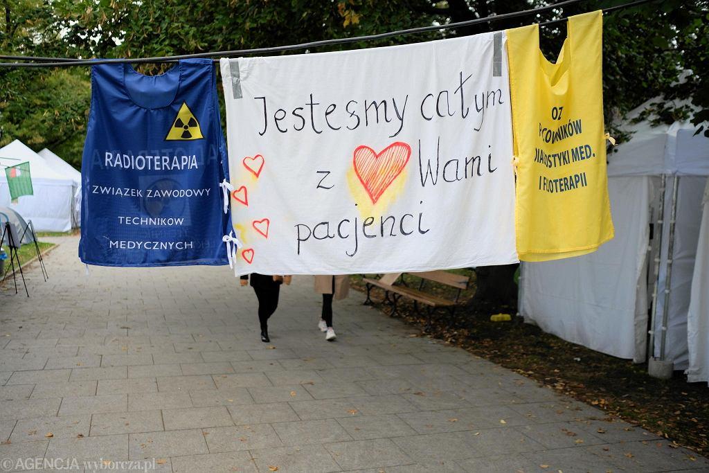 Protest medyków. Białe miasteczko przed kancelarią premiera w Warszawie