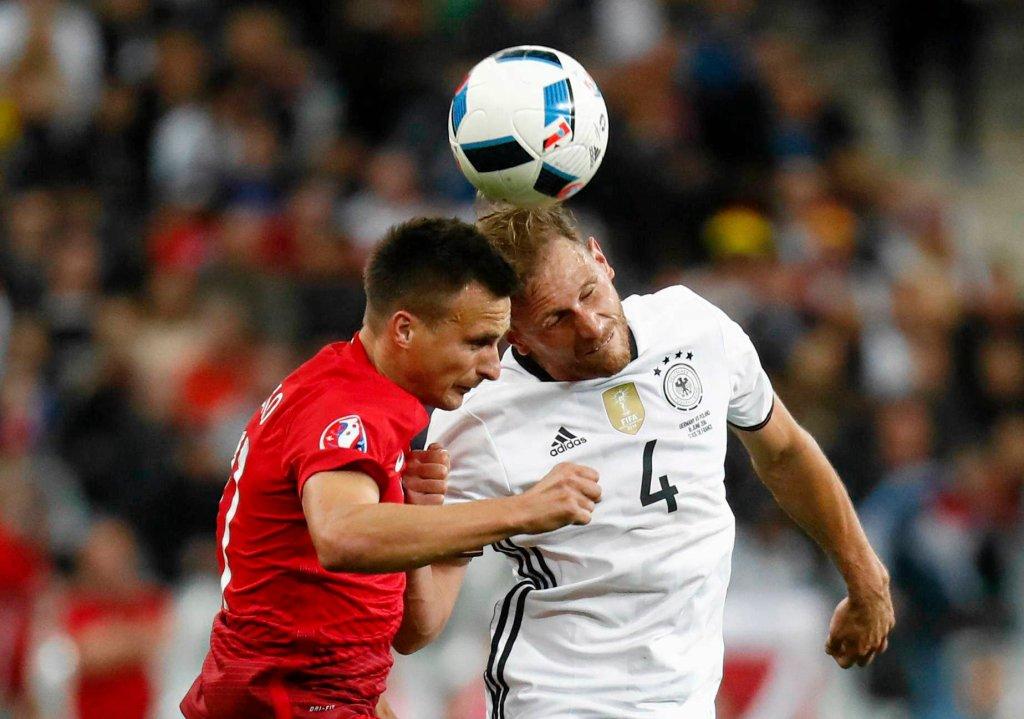 Euro 2016. Sławomir Peszko (z lewej) podczas meczu z Niemcami