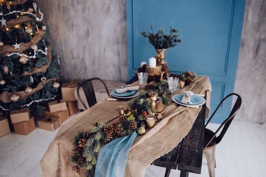 Stół wigilijny w niebieskich i brązowych dekoracjach