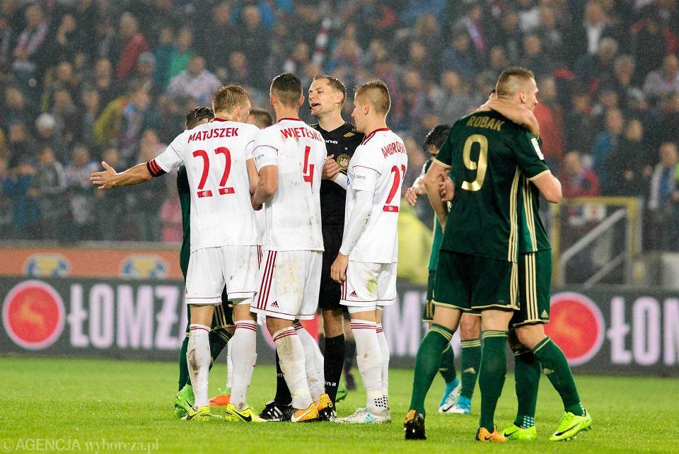 Sędzia Tomasz Kwiatkowski i piłkarze Górnika podczas meczu ze Śląskiem. VAR odcisnął na tym meczu piętno