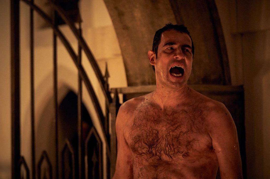 Claes Bang jako hrabia Drakula. Kadr z serialu 'Dracula'