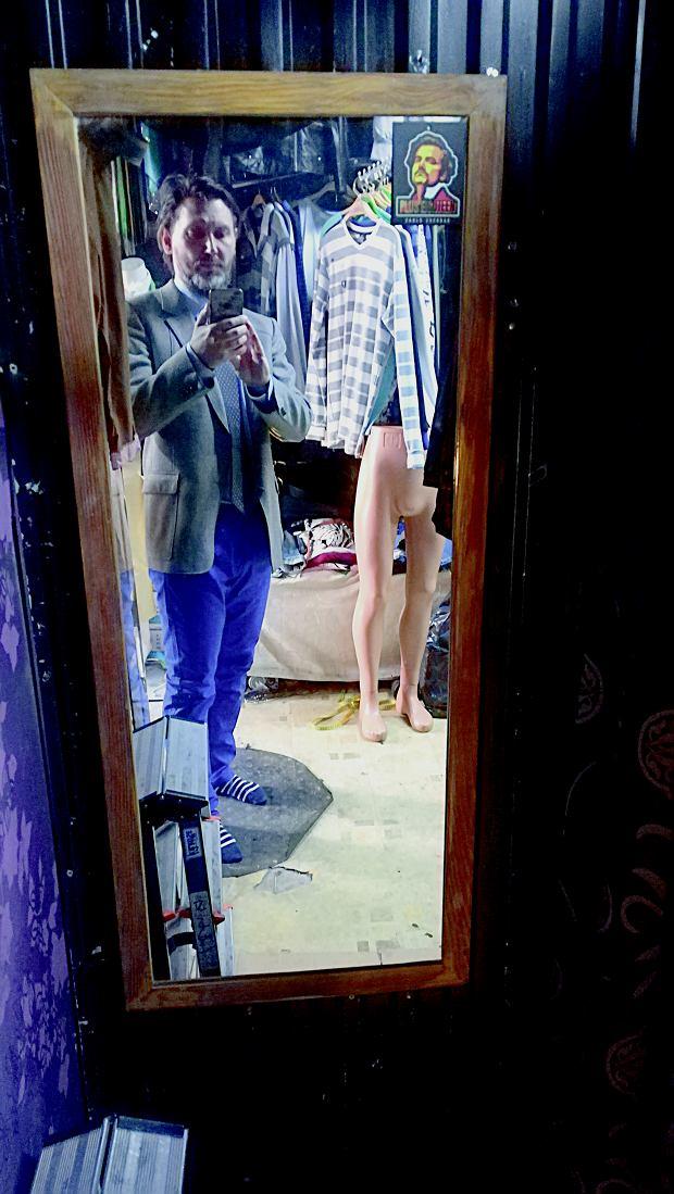 Ubrania na straganie można zmierzyć - na tekturce przed lustrem.