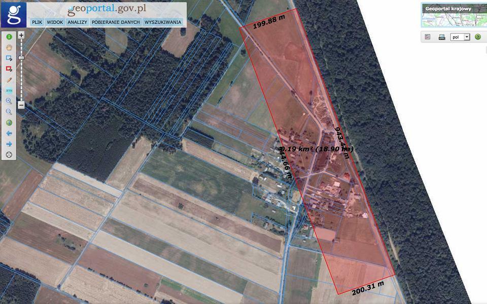 Mur na granicy z Białorusią. Rządowy projekt zakłada wprowadzenie zakazu przebywania na obszarze nie szerszym niż 200 m od linii granicy. Nie wyklucza też wywłaszczeń. N/Z wieś Tołcze z zaznaczonym na czerwono obszarem 200 m obejmującym zabudowania mieszkalne i gospodarcze