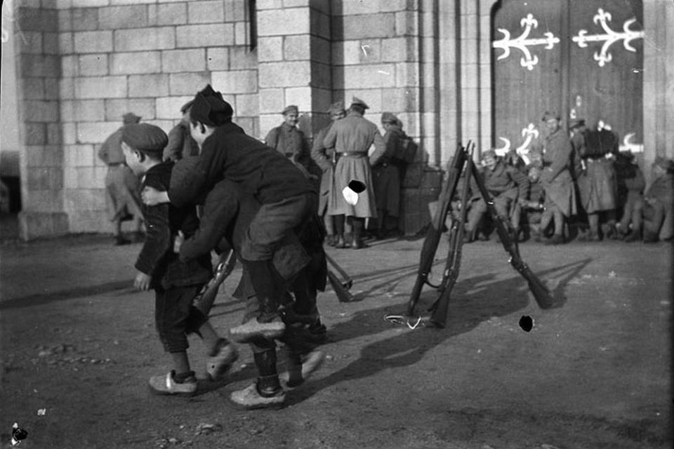 Francja, 1919 rok. Pod katedrą w Quintin