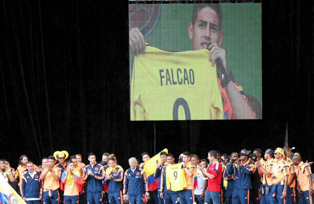 James Rodriguez trzyma koszulkę Falcao, który z powodu kontuzji nie pojechał na mundial
