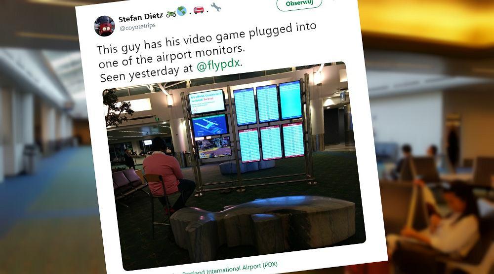 Pasażer podpiął konsolę do ekranu na lotnisku