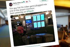 Mężczyzna podpiął konsolę do monitora na lotnisku i zaczął grać. Zrobił to z nudów