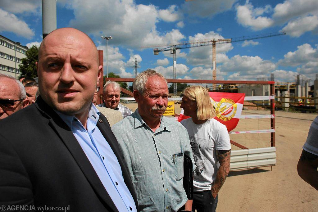 Marcin Ferdzyn, prezes Reaktywacji Tradycji Sportowych Widzew Łódź. Za nim Krzysztof Kamiński i Sławomir Chałaśkiewicz, byli piłkarze Widzewa
