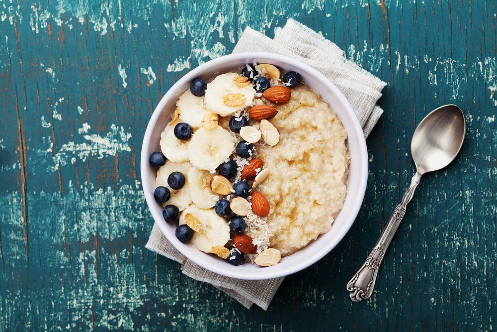 Owsianka. Pomysły na pyszne i zdrowe owsianki na śniadanie. Zdjęcie ilustracyjne