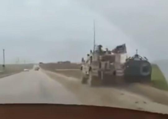 Syria: Amerykanie zepchnęli do rowu rosyjski wóz bojowy, który próbował ich wyprzedzić