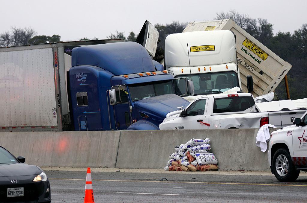 Karambol na oblodzonej autostradzie w Teksasie. Zderzyło się kilkadziesiąt aut, co najmniej pięć ofiar