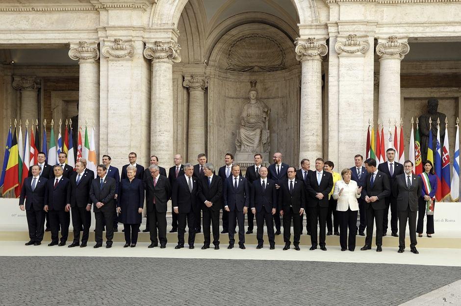 Liderzy państw członkowskich Unii Europejskiej na wspólnym zdjęciu po podpisaniu Deklaracji Rzymskiej
