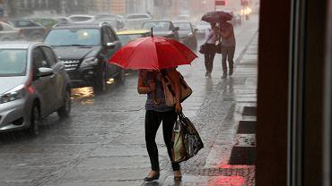 Pogoda. Burze z gradem i opady deszczu. Zdjęcie ilustracyjne