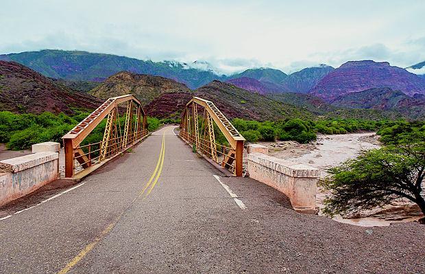 Droga w okolicach Salty w Argentynie i słynny most, który pojawił się w filmie 'Dzikie historie'.