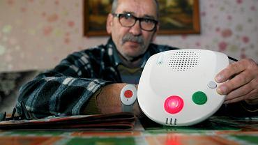 Henryl Latoch prezentuje opaskę i urządzenie