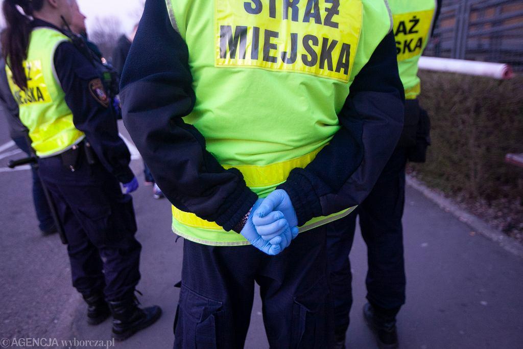 Kajdanki za brak maseczki? Nagranie interwencji straży miejskiej w Ełku obiegło Internet (zdjęcie ilustracyjne)