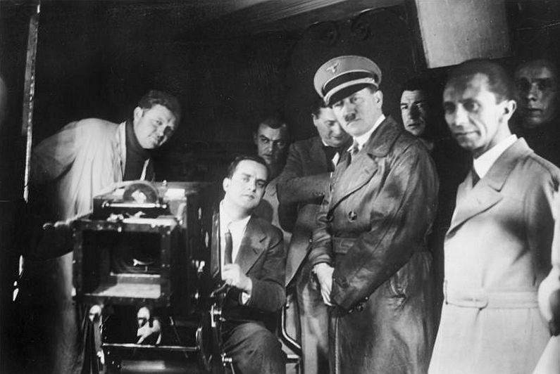 Adolf Hitler i Joseph Goebbels z wizytą w wytwórni, 1935 r.
