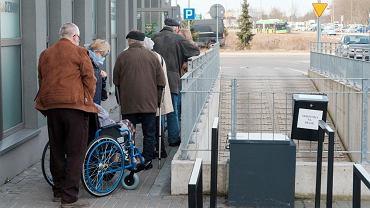 24.02.2021, Poznań, Osiedle Zwycięstwa, poradnia lekarza rodzinnego NFZ. Seniorzy, którzy mieli być zaszczepieni dwa dni temu, czekają w kolejce na szczepienie przeciw COVID-19.