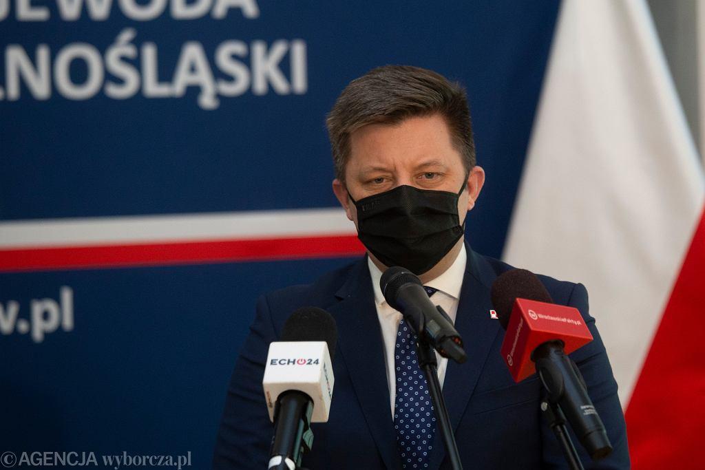 Minister Michał Dworczyk podczas konferencji prasowej. Wrocław, 10 marca 2021