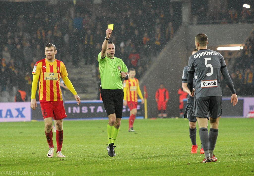 Maciej Dąbrowski, Bartosz Rymaniak i sędzia Mariusz Złotek podczas meczu Korona Kielce - Legia Warszawa 3:2