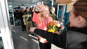 Andżelika Kerber po wygranej w Australian Open wylądowała na lotnisku Ławica w Poznaniu, by stamtąd pojechać do Puszczykowa, gdzie mieszka. - Moje marzenie się spełniło. Ostatnie godziny to dużo wrażeń i dużo emocji. Chcę żyć tą chwilą! - mówiła Andżelika Kerber. - Gdy leżałam na korcie uświadomiłam sobie, że wygrałam z najlepszą tenisistką świata, że wygrałam turniej, że wygrałam Wielkiego Szlema. Cieszę się, że jadę do domu, zobaczę rodzinę i przyjaciół. Kilka dni będę teraz w domu w Puszczykowie. Gram dla Niemiec, ale serce też mam w Polsce - dodaje.
