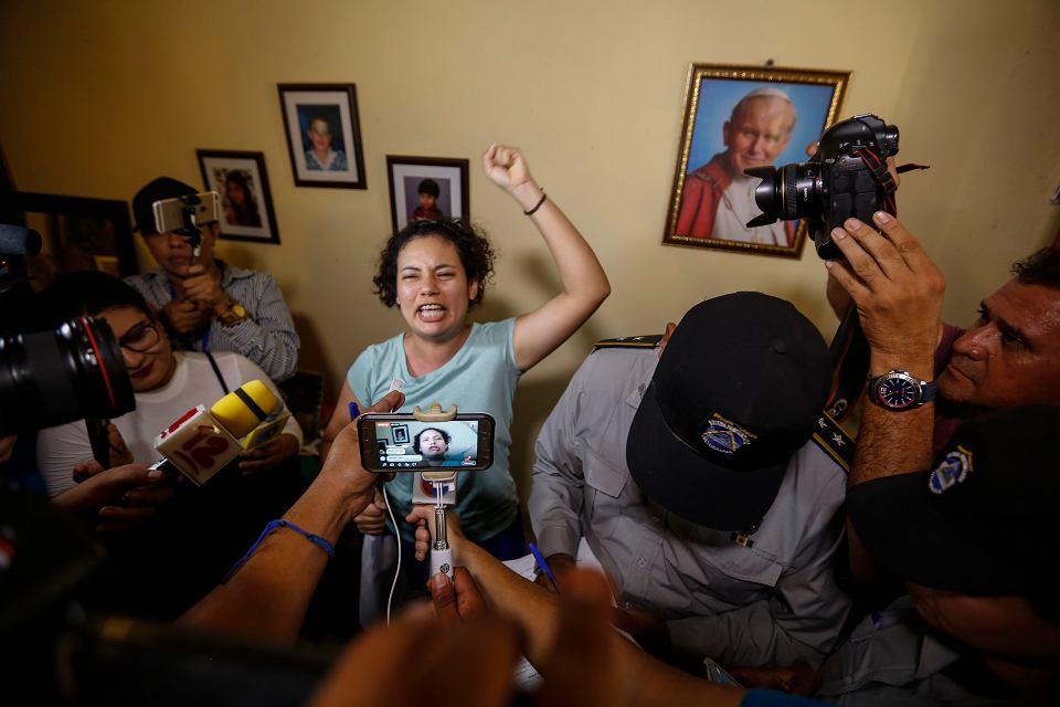 Maria Adilla Peralta Cerratos rozmawia z prasą po uwolnieniu z więzienia w Masaya. Znalazła się wśród stu opozycjonistów, którym więzienie zamieniono na areszt domowy. 20 maja 2019 r.