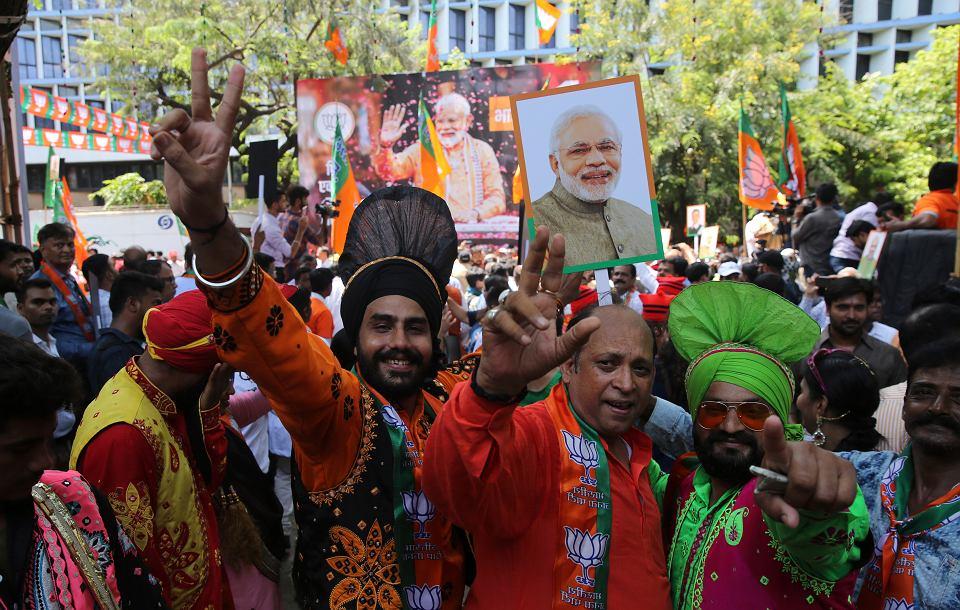 23.05.2019, Mumbaj, radość zwolenników zwycięskiej partii BJP. W dłoniach trzymają wizerunki premiera Narendry Modiego