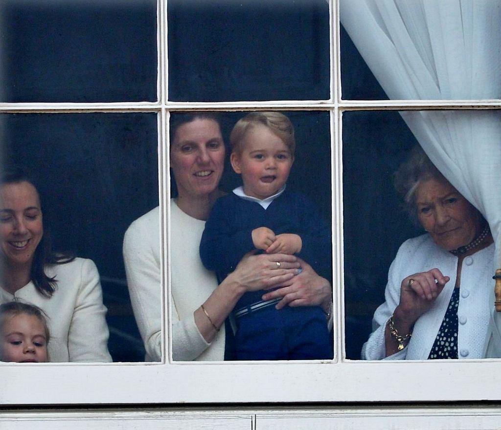 Niania rodziny królewskiej, Maria Borrallo z księciem Jerzym podczas  parady Trooping the Colour w 2015 roku