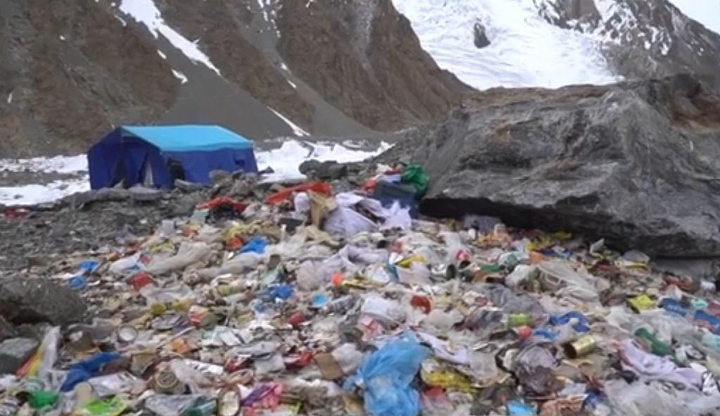 Śmieci po polskiej wyprawie na K2